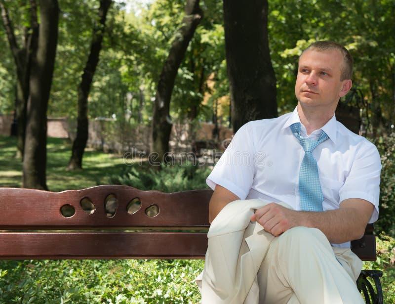 En ung affärsman i en vitskjorta med en tie arkivbild