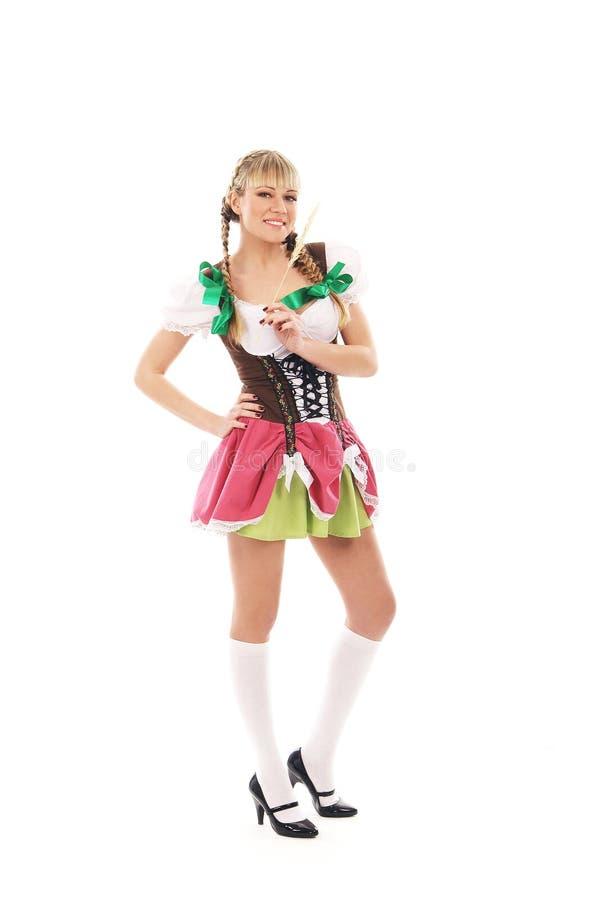 En ung bavarianflicka som poserar i traditionell kläder arkivfoton