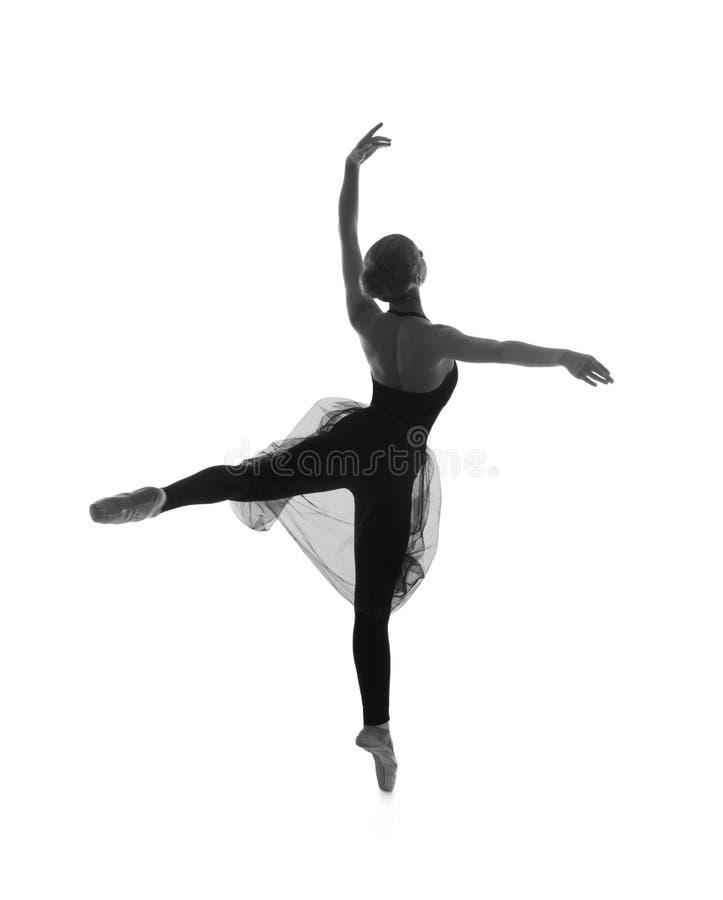 En ung Caucasian balettdansör i en svart klänning royaltyfri foto