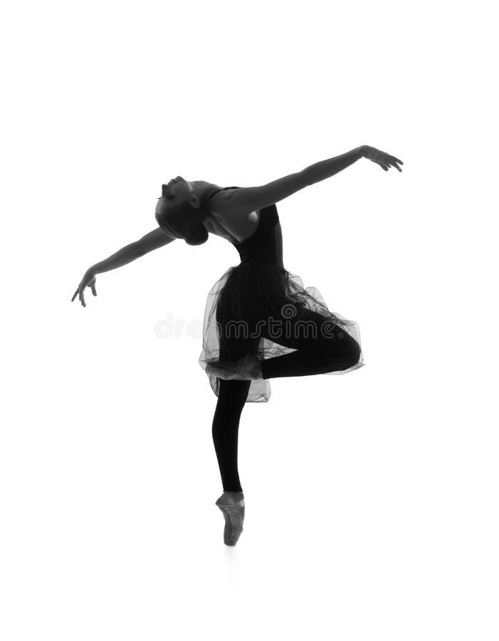 En ung Caucasian balettdansör i en svart klänning arkivbild