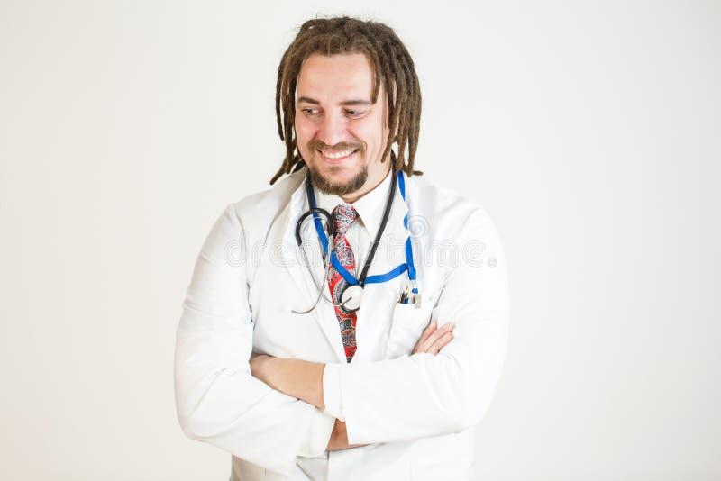 En ung doktor med dreadlocks och ett skägg förespråkar legaliseringen av bruket av marijuana för medicinska avsikter arkivbilder