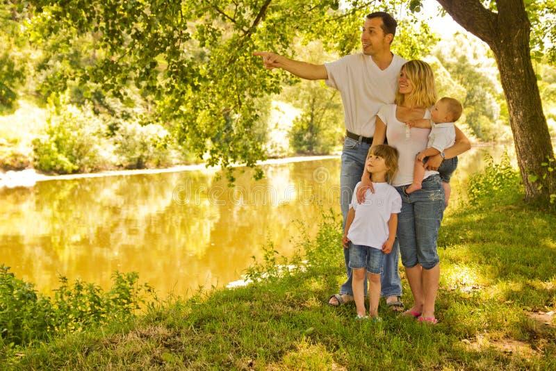 En ung familj med barn i natur royaltyfri bild