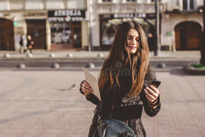En ung flicka går i den gamla delen av staden arkivbild