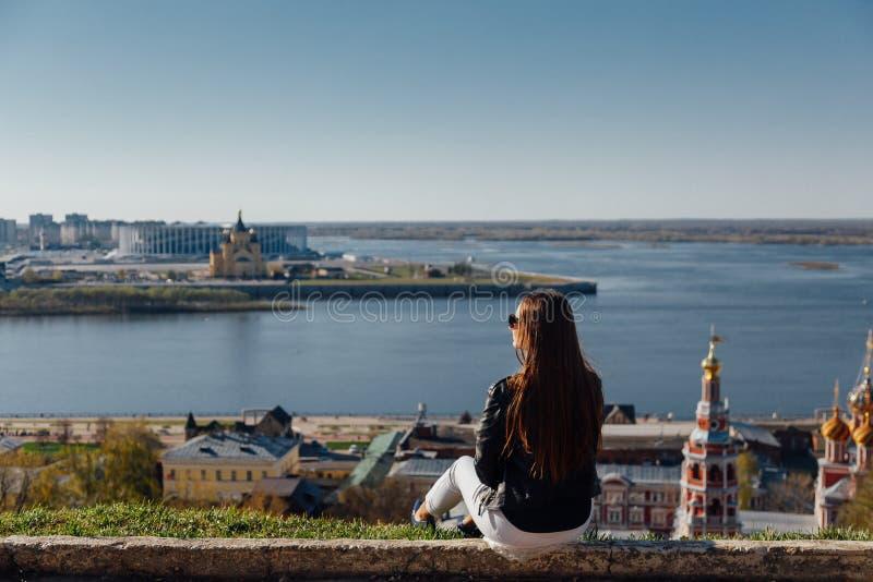 En ung flicka går på invallningen av stadsfjärden royaltyfri fotografi