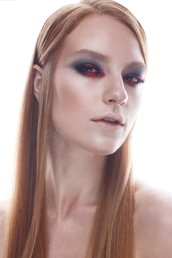 En ung flicka med flödande hår för raksträcka och ljus idérik makeup Härlig modell med rött hår Skönhet av framsidan royaltyfria bilder