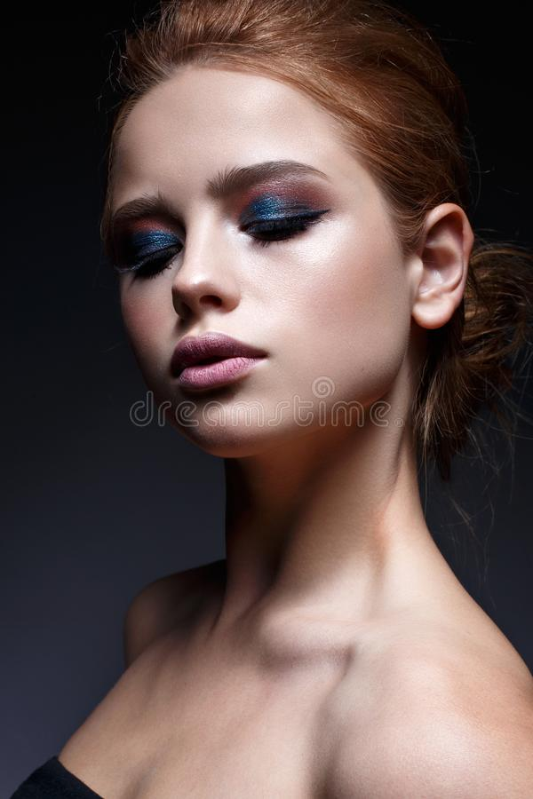 En ung flicka med en frisyr och ett ljust idérikt smink Härlig modell med rött hår Skönhet av framsidan royaltyfri fotografi