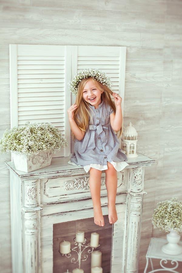 En ung flicka sitter på spisen fotografering för bildbyråer