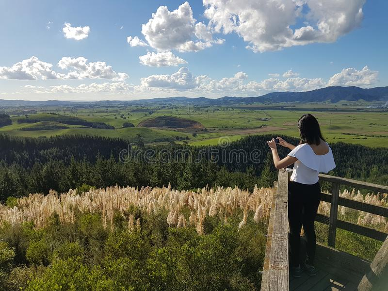 En ung flicka skjuter foto av en härlig landskapsikt royaltyfria foton