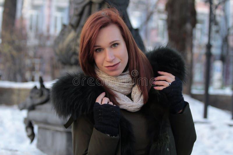 En ung flicka står i parkerar och blickar in i kameran royaltyfria foton
