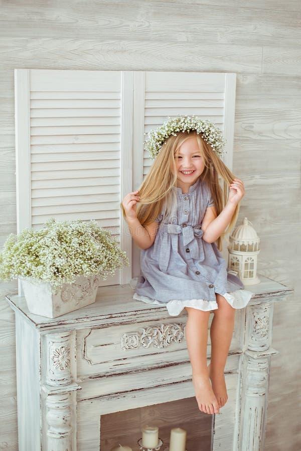 En ung flicka tiding hennes hår royaltyfria foton