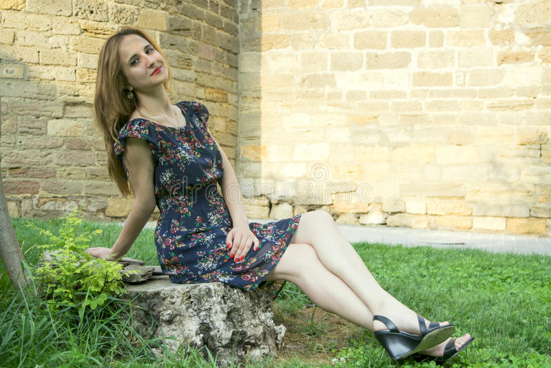 En ung flicka utomhus fotografering för bildbyråer