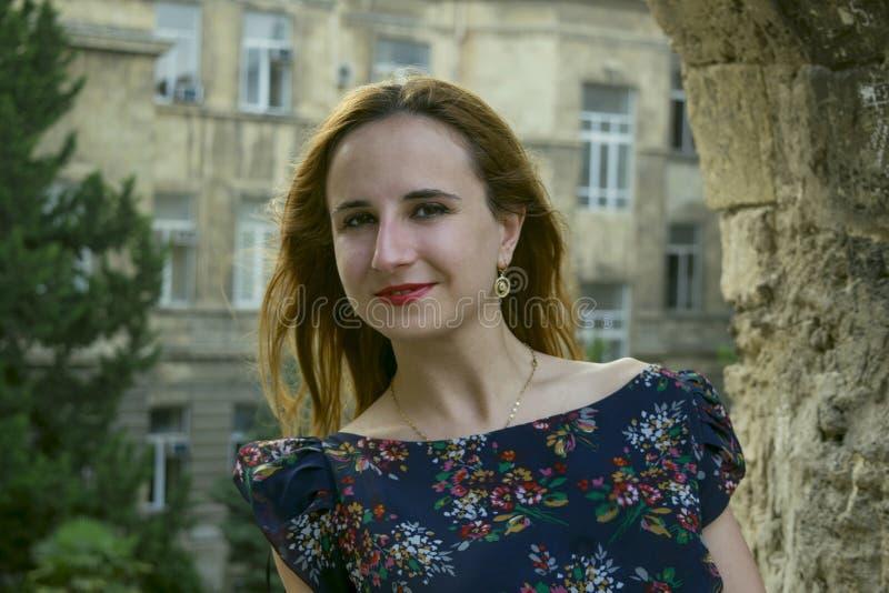 En ung flicka utomhus arkivbilder