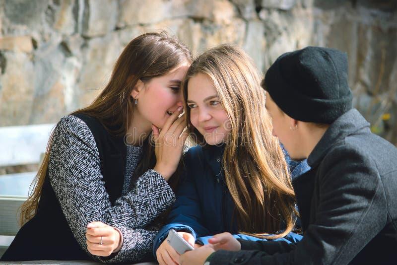 En ung flicka viskar något royaltyfria foton