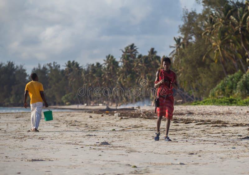 en ung grabb hjälper hans fader och bär saker till fartyget Seascape med den folk-, fartyg- och horisontlinjen arkivfoto