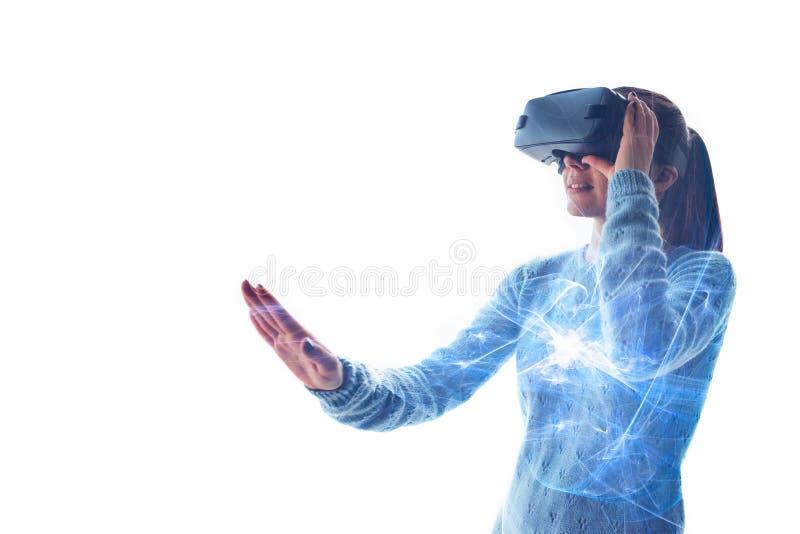 En ung härlig kvinna i exponeringsglas av virtuell verklighet såg något att förbluffa moderna teknologier arkivbilder