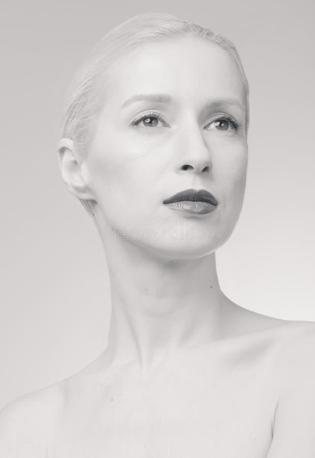 En ung kvinna, blek hud, grått hår för vit, retuscherar stående, b royaltyfri foto