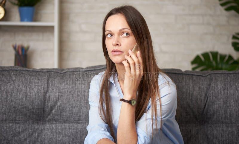 En ung kvinna pratar på telefon royaltyfria bilder
