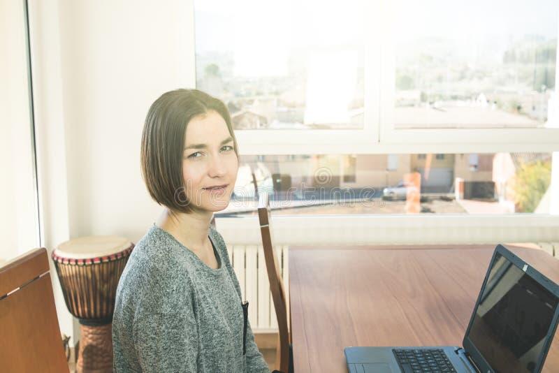 En ung kvinna som ser kameran arkivfoto
