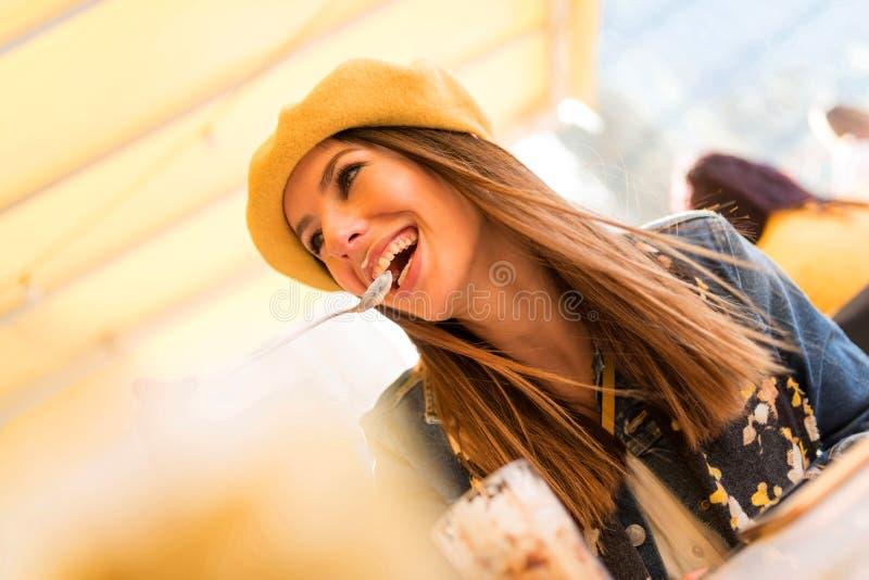 En ung kvinna som tycker om hennes iskaffe fotografering för bildbyråer