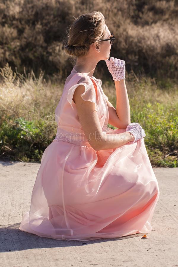 En ung kvinna väntar arkivfoton