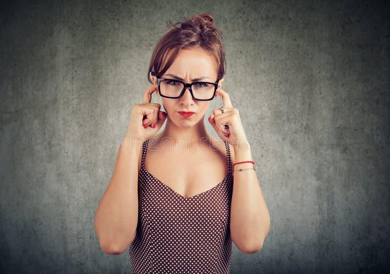 En ung kvinna vill inte lyssna royaltyfri foto