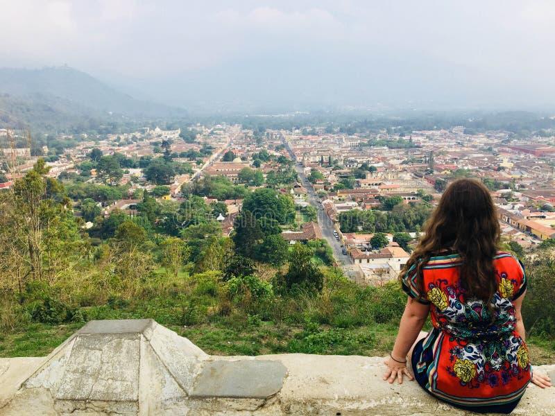 En ung kvinnlig turist- beundra Antigua, Guatemala från cerren royaltyfri fotografi