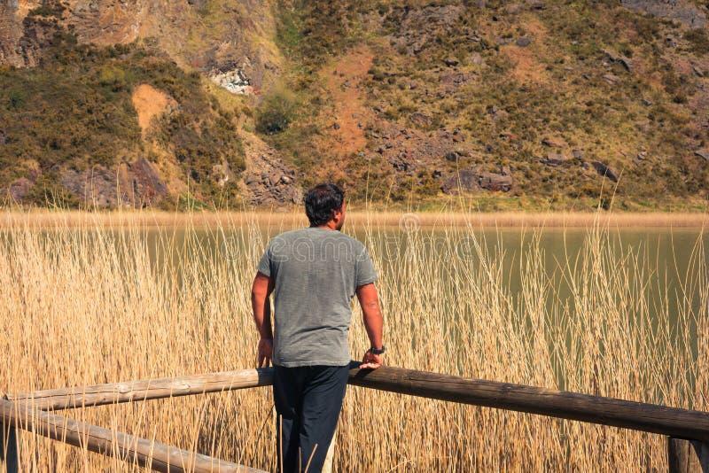 En ung man bara p? en sj?, st?ende, laarboleda, basque land arkivbilder