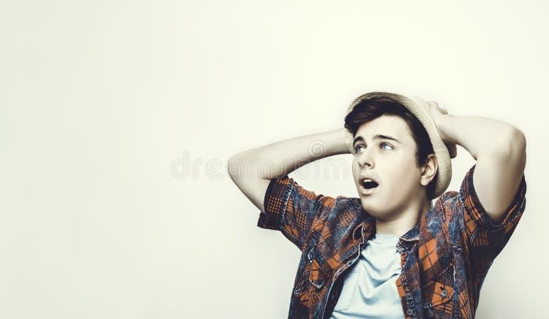 En ung man reagerar till bad eller fejkar nyheterna arkivfoton