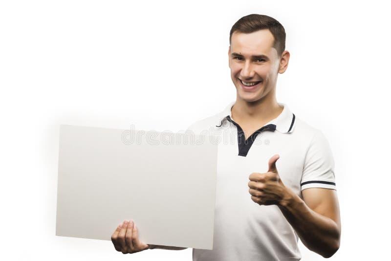 En ung man rymmer en tom platta i hans händer för att fylla din text royaltyfri fotografi