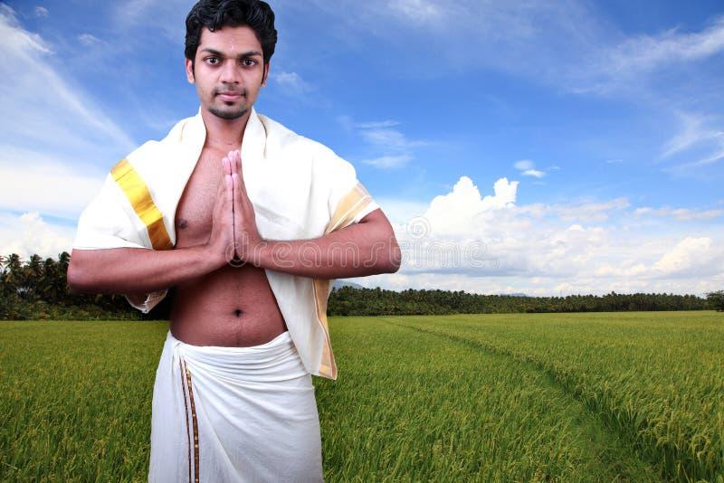 En ung man som bär den Kerala klänningen royaltyfri fotografi