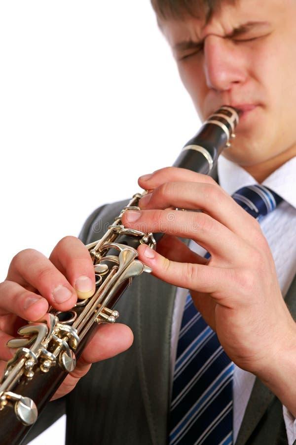 En ung man som leker klarinetten arkivbilder