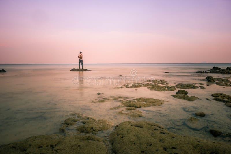 En ung man som ser havet Begreppet är flykten från trycket av arbetsstudien och olik saker i liv att bo med naturen, Koh Yao royaltyfria foton