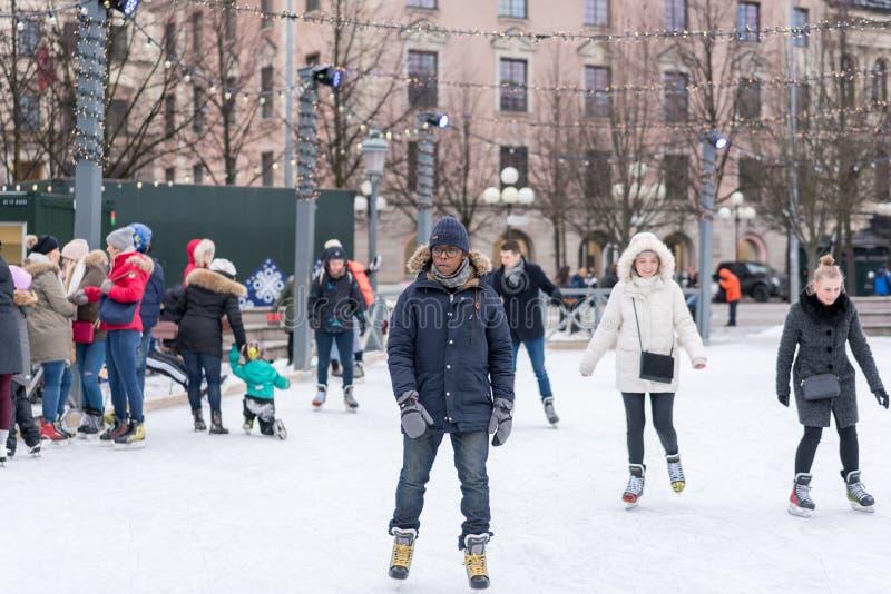 Download En Ung Man Som Utomhus åker Skridskor På En Offentlig Skridskoåkningisbana I Staden Redaktionell Arkivbild - Bild av kvinnlig, scandinavia: 109649982