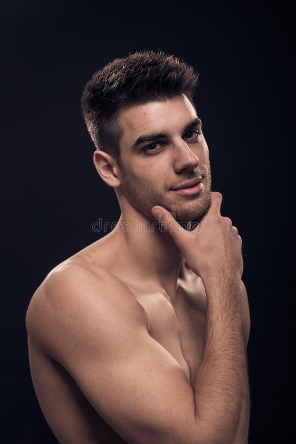 En ung man, stiligt shirtless för head skuldror arkivbilder