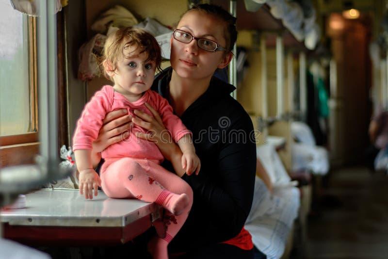 En ung moder reser i exponeringsglas tillsammans med en fantastiskt härlig dotter royaltyfria foton