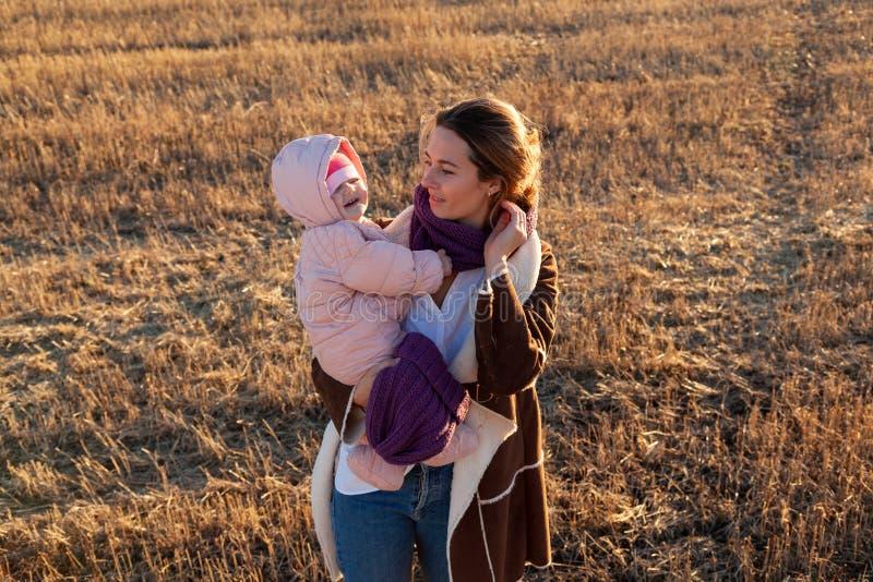 En ung moder som spelar hennes dotter royaltyfri bild