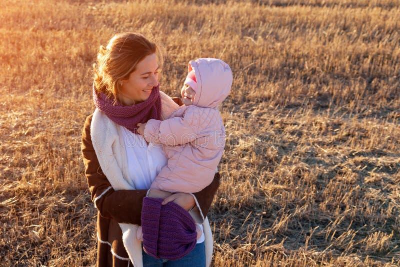 En ung moder som spelar hennes dotter fotografering för bildbyråer