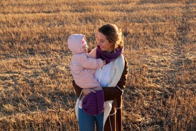 En ung moder som spelar hennes dotter royaltyfria bilder