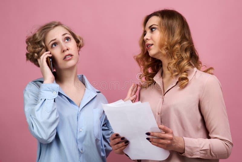 En ung nätt flicka diskuterar resultaten av hennes prov med hennes doktor Hennes vän frågar henne att lugna ner och får inte varm royaltyfri foto