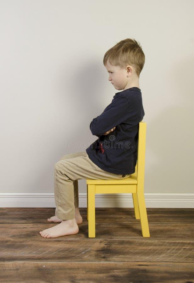 En ung pojke på en automatisk frånslagningstidsstol royaltyfri bild