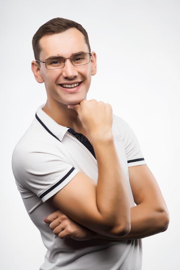 En ung positiv man i glasögon Emotionell modig framsida arkivbilder