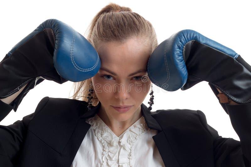 En ung sexuell flicka för närbildstående med boxninghandskar på dina händer royaltyfri fotografi