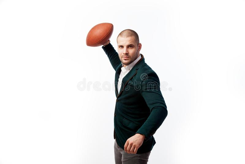 En ung skallig man i dräkt royaltyfri fotografi
