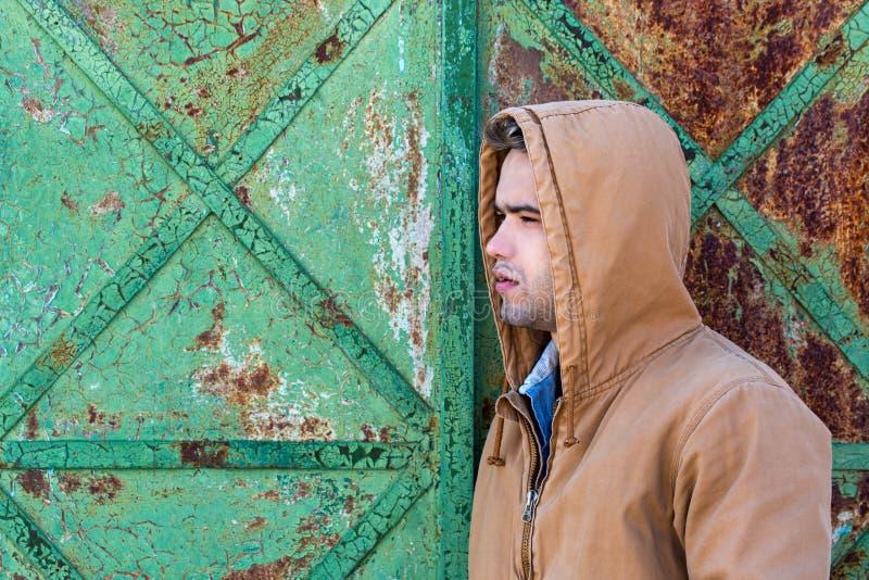 En ung stilig man i en huv fotografering för bildbyråer