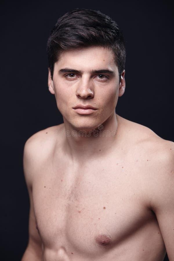 en ung stilig man, modellerar den shirtless övrekroppen royaltyfri foto