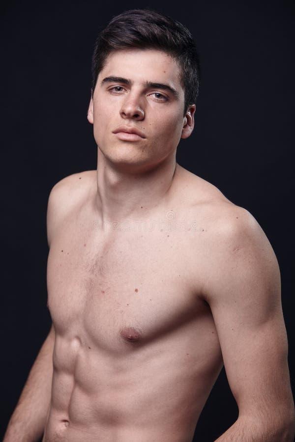 en ung stilig man, modellerar den shirtless övrekroppen royaltyfria foton