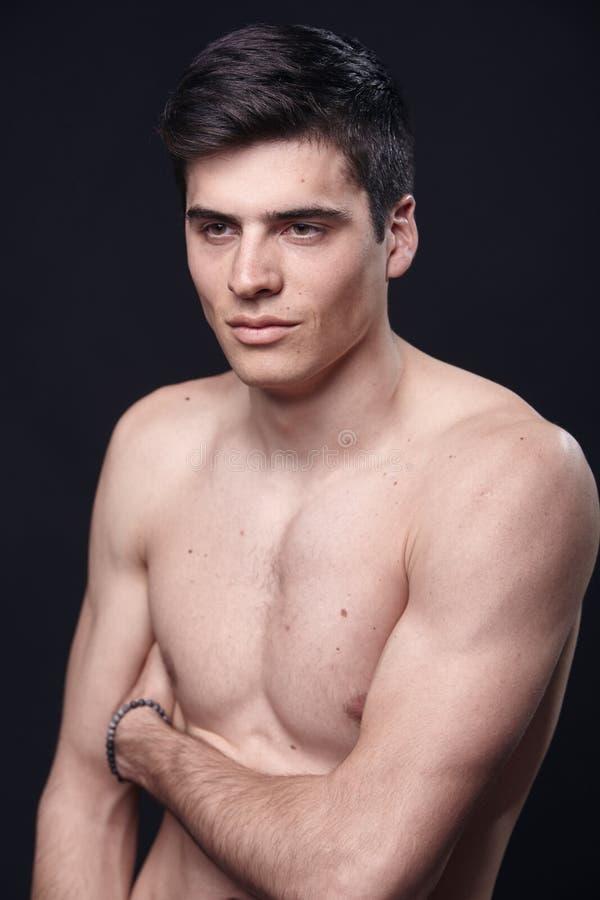 en ung stilig man, modellerar den shirtless övrekroppen royaltyfri bild