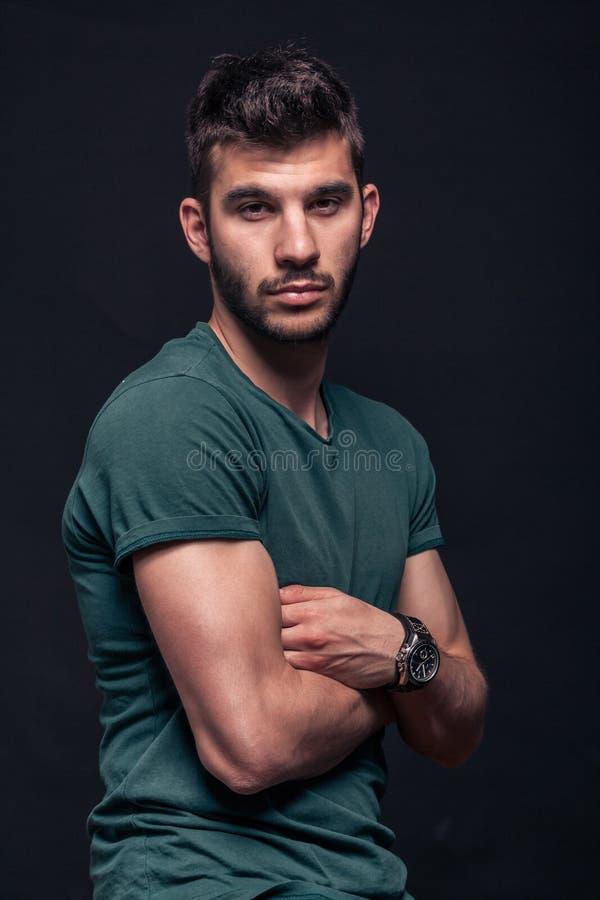 En ung stilig man som ser kameran fotografering för bildbyråer