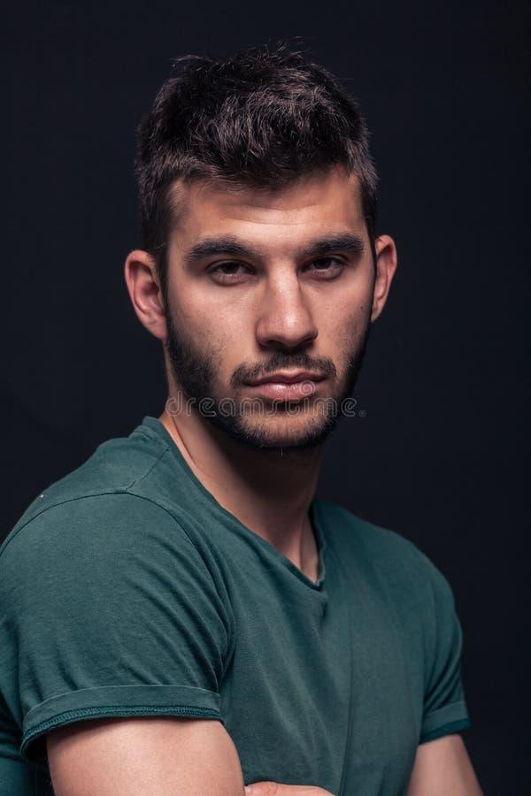 En ung stilig man som ser kameran, head closeup för framsida arkivfoton