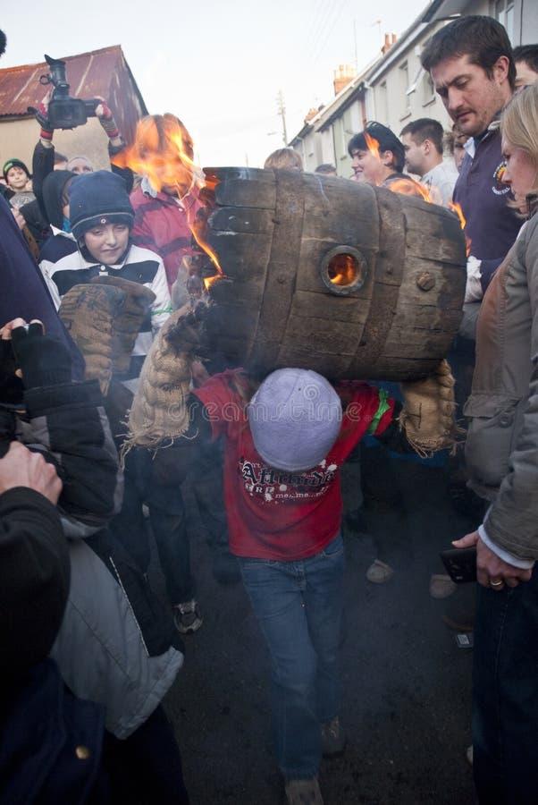 En ung trummarulle kör till och med folkmassan arkivfoton